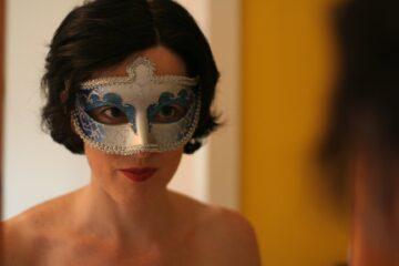 Tríona – The trilingual cabaret folk songwriter